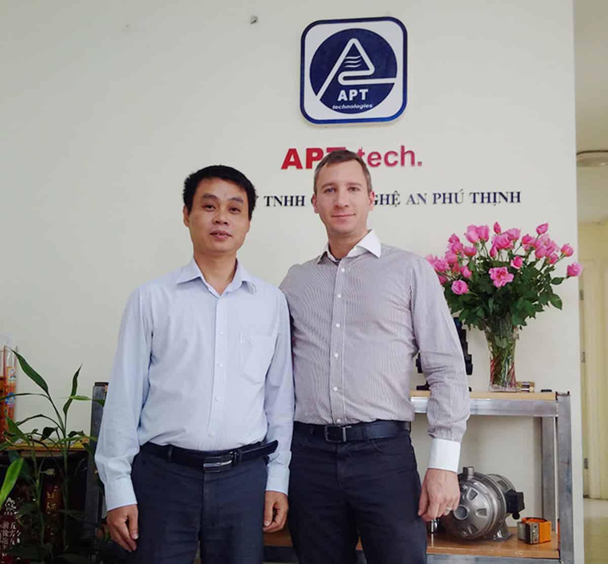 Đại diện hãng Aquafill chụp ảnh lưu niệm với APT Tech